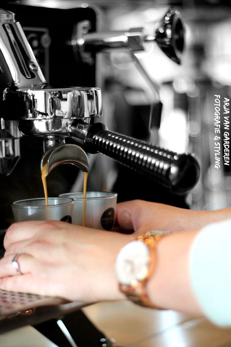 Nieuwe hippe hotspot ontdekt! Lees het hele artikel op mijn website Zwart, wit & hout! Epressobar koffie Fotografie: Arja van Garderen fotografie & styling