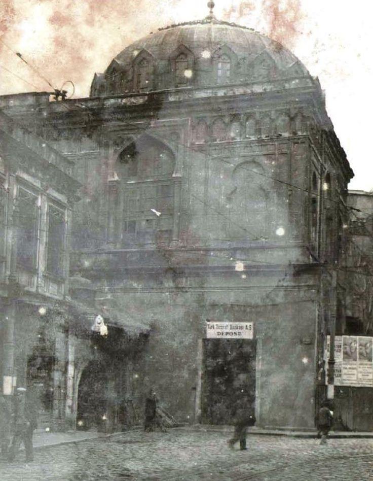 Caminin tam yeri Eminönü'nde Yalı Köşkü Caddesi ile Şeyhülislam Hayri Efendi Caddesi'nin kesiştiği köşededir. İstanbul Ticaret Odası'nın yeni binasının yanındadır.Bu caminin bulunduğu yer 1800 ler de deniz kenarı ve kayıkhanelerin bulunduğu yerdir. Kayıkhanelerde çalışanlar ve bekar odalarında uygunsuz işler olduğuna inanan Sultan II.Mahmut buradaki tüm yapıları yıktırarak.Hidayet camiini yaptırmıştır.