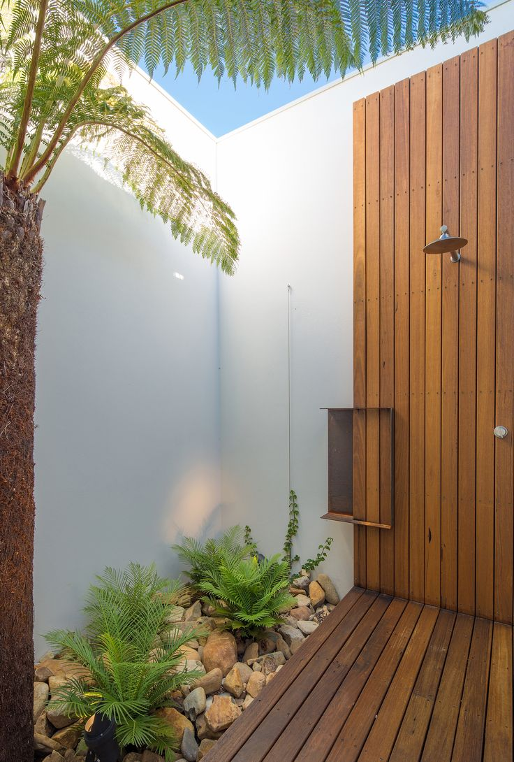 Outdoor shower, ferns. By Collins Caddaye Architects, Canberra.  Photographed by Stefan Postles, Chalk Studio.