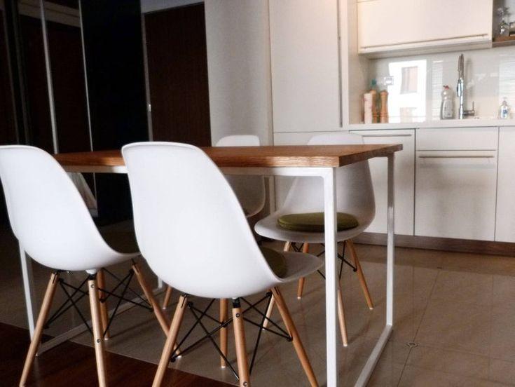 Skandinavischer Esstisch BASIC TRE, Handgemachter moderner Tisch, Weißer Stahlrahmen Küchentisch, Massivholzplatte aus Eichenholz