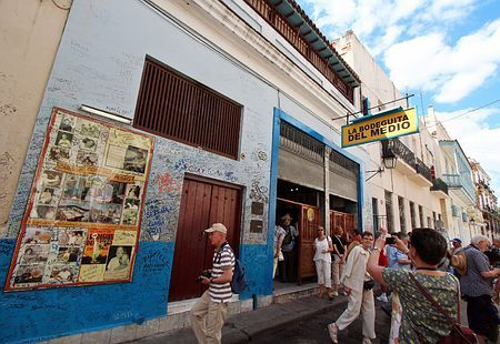 キューバのハバナにある有名レストランで記念撮影する観光客ら=2012年4月(EPA=時事) ▼21Sep2014時事通信|レストラン9000軒を民営化=品質向上が狙い-キューバ http://www.jiji.com/jc/zc?k=201409/2014092100087