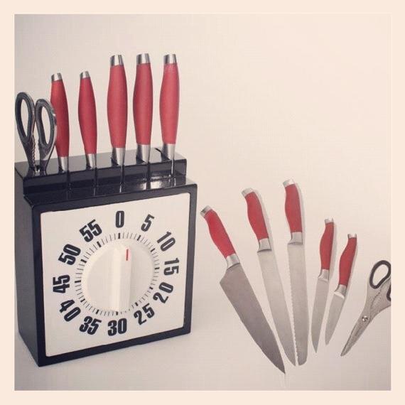 Tendrás tus cuchillos expuestos de un modo muy original y efectivo. Cuchillos de los tamaños más prácticos para su uso. El Pack incluye unas tijeras de cocina, 5 cuchillos y un soporte temporizador.  http://www.neodalia.com/es/ventas/cuchillos-cocina/cuchillos-de-cocina