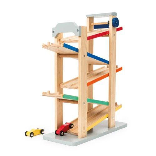 Ce premier circuit en bois contient 5 rampes. L'enfant pose les deux petites voitures en haut du toboggan. Elles sont à l'arrêt. Quand il tourne le bouton pour lever la butée, la course démarre. La forme des 2 voitures est étudiée pour une préhension facile. L'enfant joue seul ou à deux.