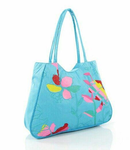 Rengarenk plaj çantaları ile güneşin ve denizin tadını çıkarın.