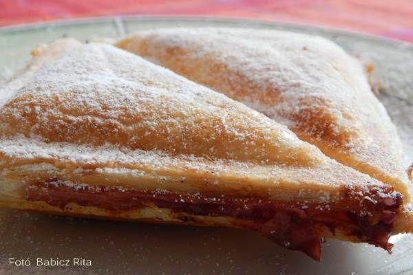 Villámgyorsan elkészíthető: meggyes-pudingos táska szendvicssütőben sütve
