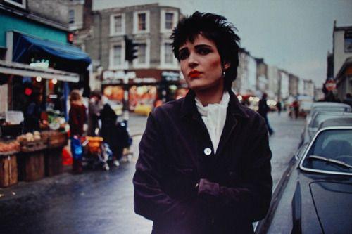 Siouxsie Sioux, Ladbroke Grove, 1977 © Kate Simon | 60s, 70s, & 80s