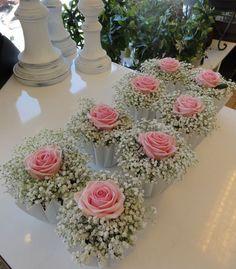 På rosa moln bordsdekoration - Enkel bordsdekoration i vit veckad skål, tätt bunden brudslöja kröns med en svagt rosa He