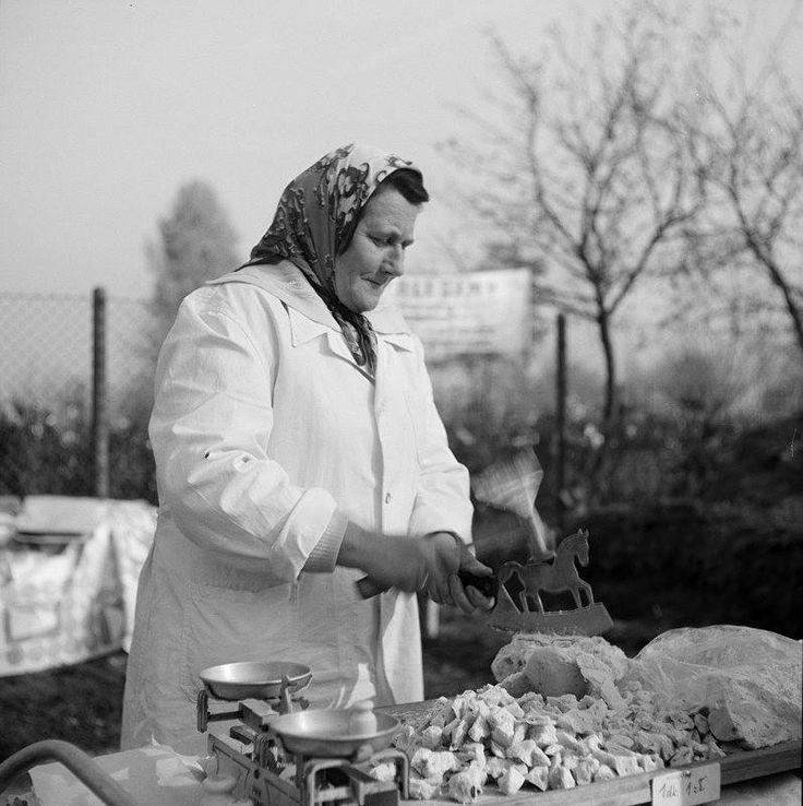 Sprzedaż miodku w okolicy cmentarza Rakowickiego, fot. Henryk Hermanowicz, lata…