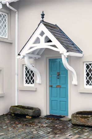 To achieve this charming look, we used Weathershield masonry paint in Earthen Cream 4 and Holiday Blues 1 Satin hue on the front door.