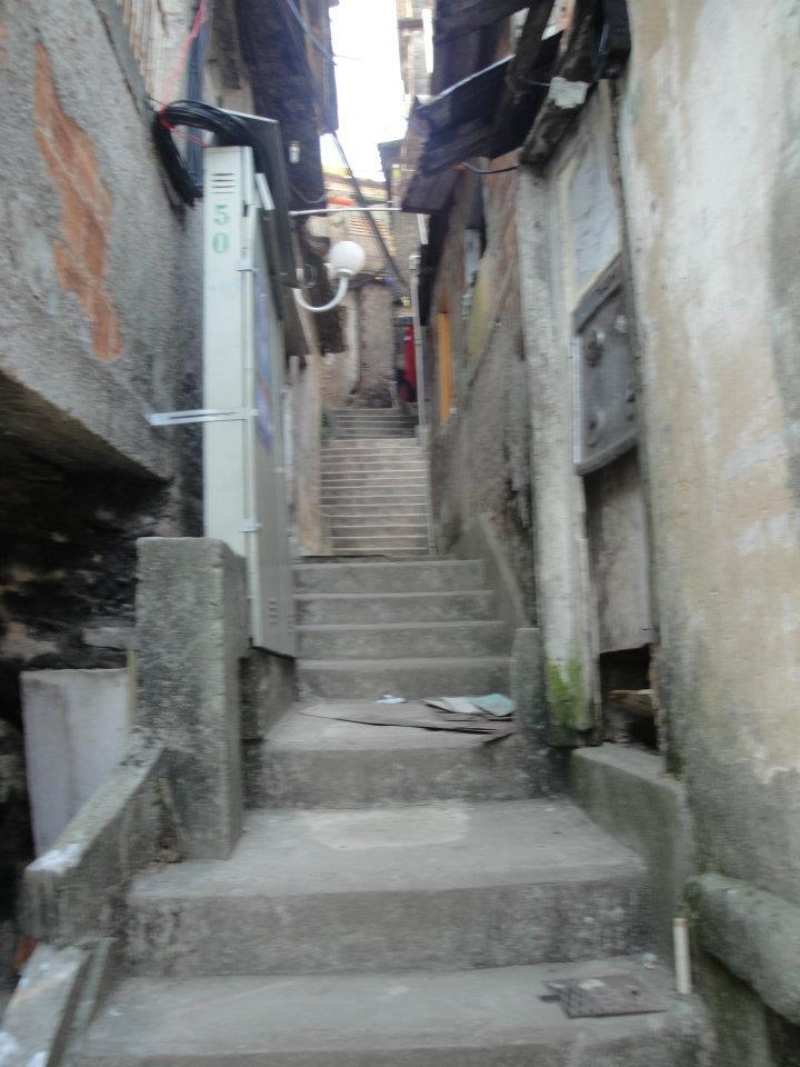 Becos e vielas do Morro Santa Marta.