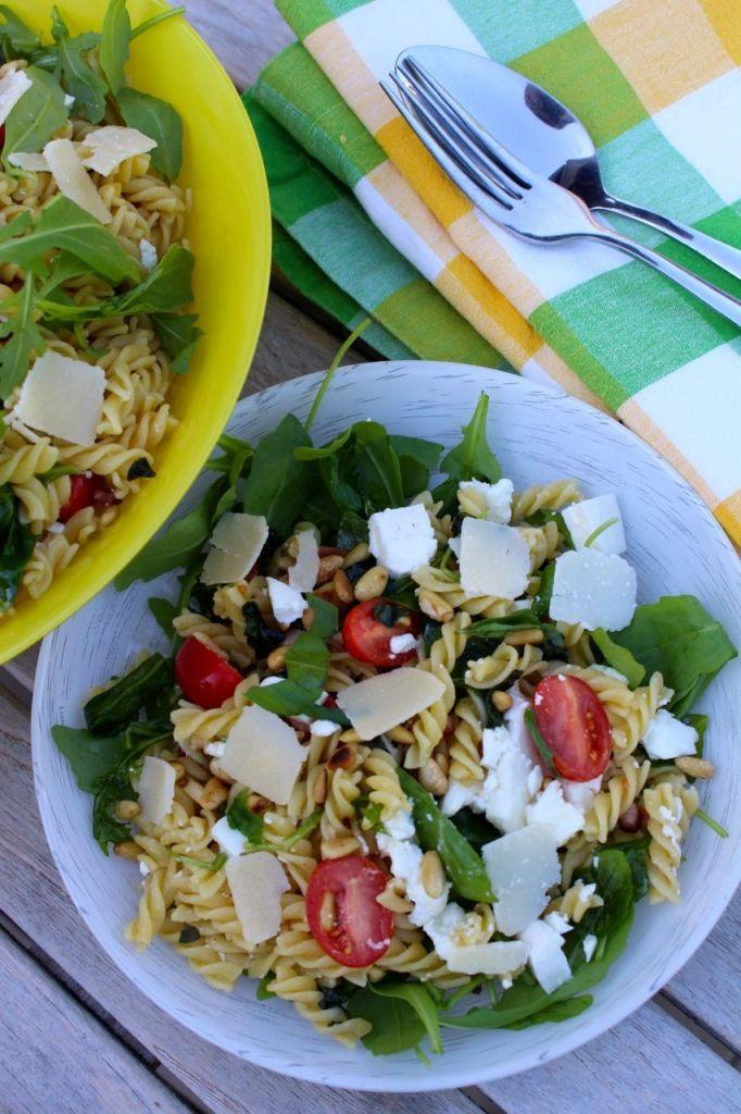 Zout spek, zoete tomaten, romige mozzarella en pittige rucola: het perfecte huwelijk van zuiderse smaakmakers in deze zomerse pastasalade.