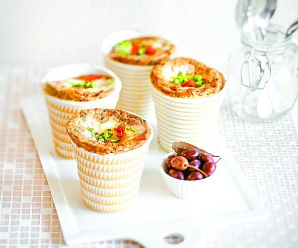 Recette de mug cake tomates séchées, tapenade, basilic et mozzarella - Mug cakes salés : infos et idées recettes sur les mug cakes salés
