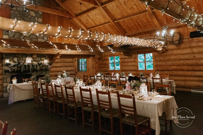 Rustic Wedding Reception Decor With Lace Burlap And Wildflowers Wedding Reception Inside Wooden Cabin Sugar Sha Auberge Le Baluchon Mariage Reception Mariage
