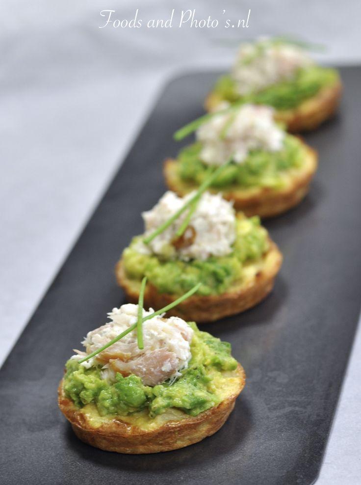 In de oven gebakken röstikoekjes met avocado en gerookte forel: feestdagenhapje nr.1: