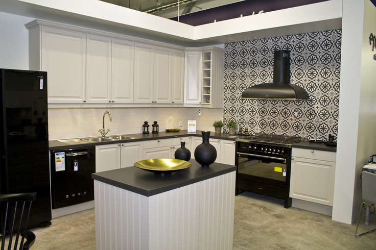 Love the stove, the tiles, the fan, the lot - In store showkitchen Elgiganten Megastore St Bernstorp #smeg #epoq