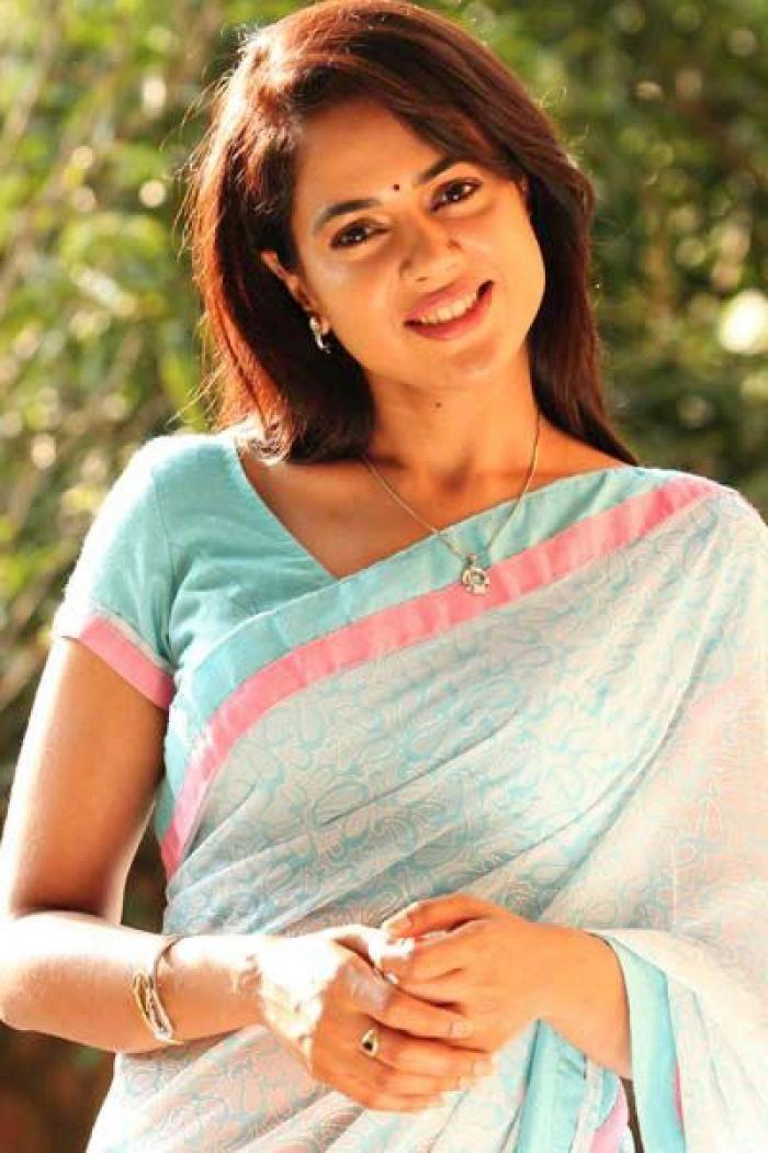 sameera reddy saree smile photos | http://www.atozpictures.com/sameera-reddy-saree-photos