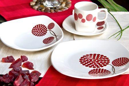 Modelo a elección entre puntos rojos o floresCada juego trae 4 platos de fondo, 4 platos hondos, 4 platos de té y 4 tazas de téAptas para microondas y lavaplatos