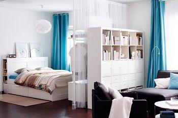 ベッド側に、レースカーテンでゆるく区切ってクロゼットに!またリビング側には、リビング収納家具を設置。クロゼットとリビング収納家具を2つ設置している、ワザあり間仕切り!限られたスペースを有効利用しています。