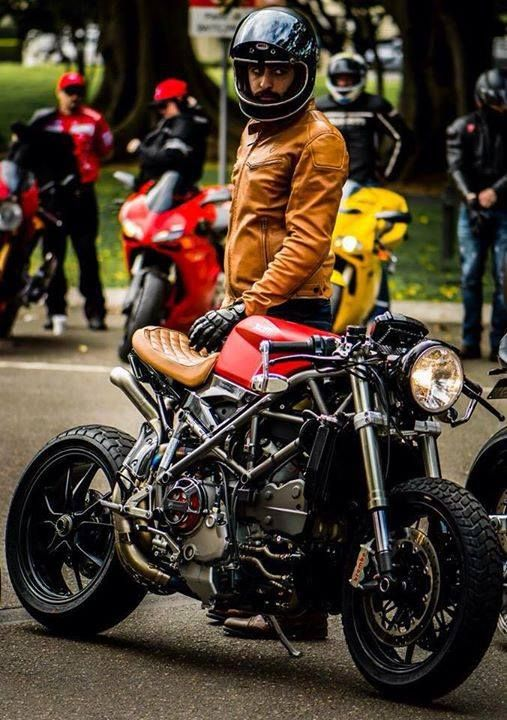 Ducati 796 customizada no estilo Streetfighter