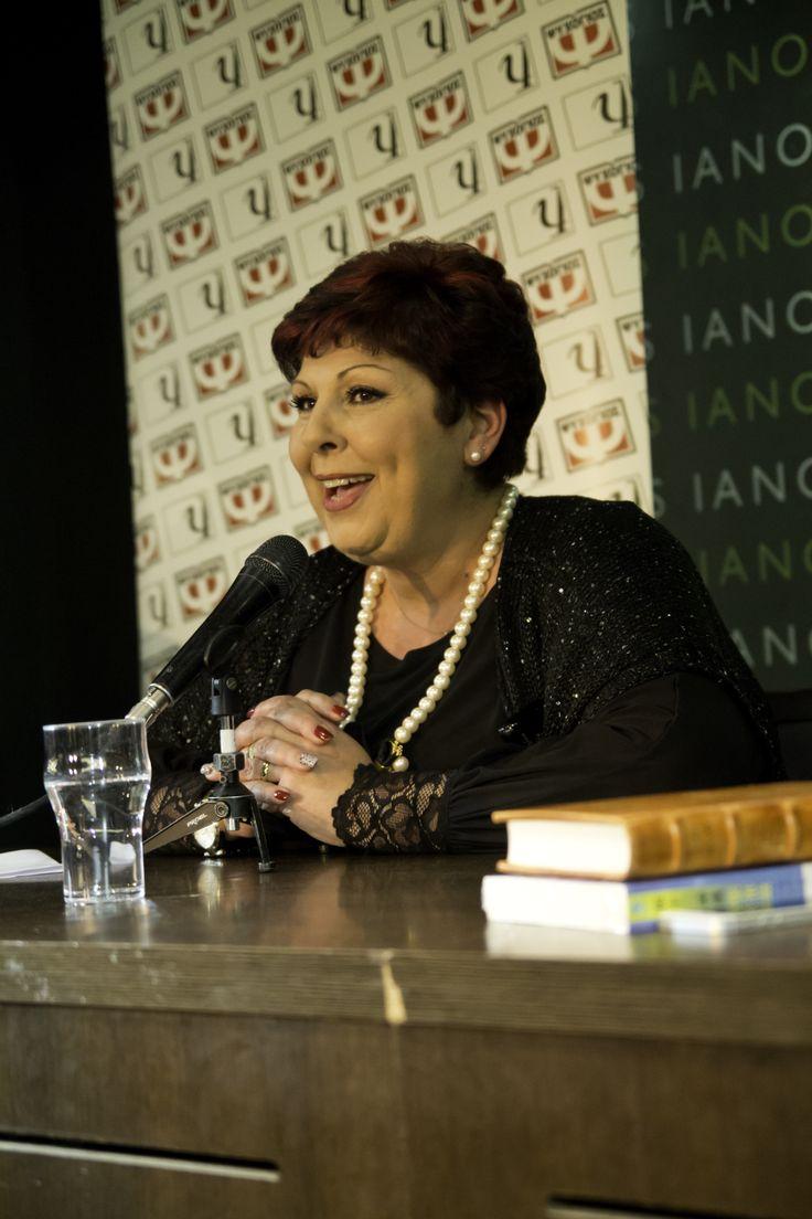 Η Λένα Μαντά στην παρουσίαση που έγινε για το βιβλίο της ΗΤΑΝ ΕΝΑΣ ΚΑΦΕΣ ΣΤΗ ΧΟΒΟΛΗ στο βιβλιοπωλείο ΙΑΝΟΣ