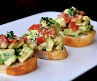Guacamole Bruchetta ~ crusty bread wiht a topping ~ YUM... @Geena Sisomphou Burgess