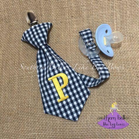 Clip di ciuccio bambino regalo, Stuffer calza con monogramma, cravatta con monogramma, regalo personalizzato per Baby Boy, regalo Baby Shower, Baby cravatta