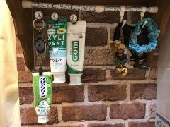 洗面台に置いている歯磨き粉って毎日使うものだけどかさばるし子どもが元に戻さなかったりしますよね そんな悩みを解決できる収納アイディアを紹介しますよ 用意するものは突っ張り棒とカーテンクリップリールホルダーだけ カーテンクリップをリールホルダーに通してその先に歯磨き粉をぶらさげておけば使い終わった時に自動的に元に戻るから綺麗な状態が長持ちしますよ(_)v 簡単にできるから早速やってみてね