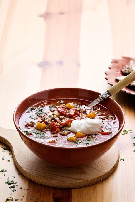 Värmande höst- och vintersoppa med mustig smak av tomat, kummin och paprika. En riktigt mysig köttfärsrätt som går snabbt och enkelt att laga och mättar hela familjen!