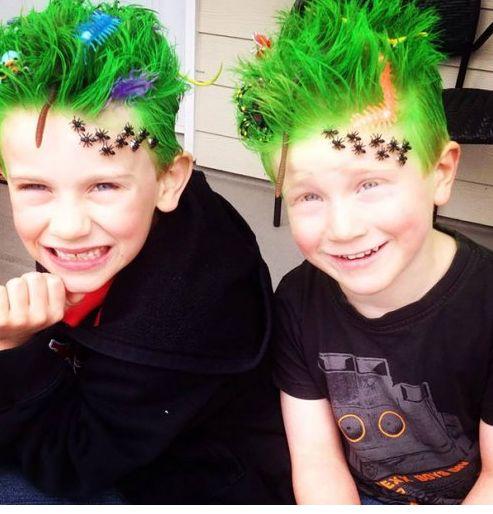 Çılgın Saç Modelleri Kanserle mücadele edenler için okulda farklılık yaratan annelerin yaptıkları herkesi kendilerine hayran bıraktı.Çılgın saç diğer adıyla crazy hair çocukların saçlarına boyalar uygulanarak yapıldı.İşte o muhteşem görüntüler. 1-Mavi saç üzerine kertenkeleler. 2-Uzun saçlıların avantajı daha fazla.... Eklendi, Daha fazlası için Soosyo'ya Gel!