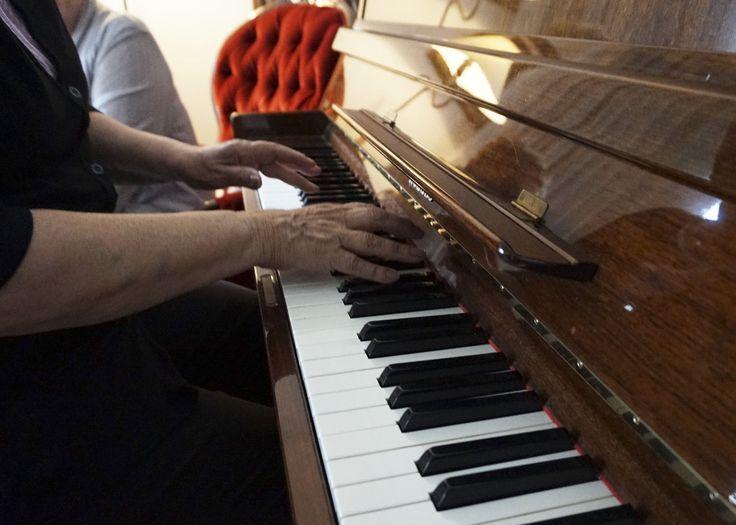 Takkahuoneen pianolla sujuu kissanpolkka.