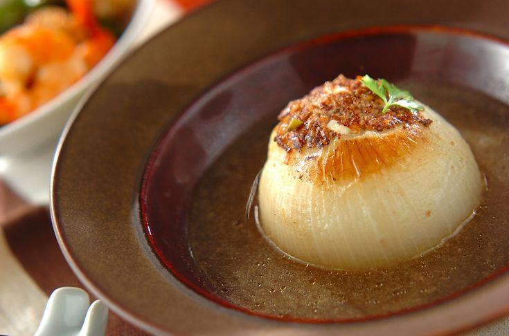 じっくり煮込んだ新玉ネギは甘みが引き立ちます。 イタリアンパセリを添えておしゃれなメニューに仕上げましょう。新玉ネギのひき肉詰め煮[洋食/煮もの]2014.03.10公開のレシピです。