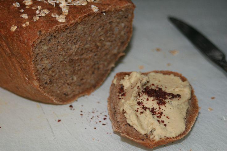 Hjemmelaget speltbrød med brun ris. Brødskiven har hjemmelaget hummus med sumak på :) Oppskrifter finner du på www.lykkeligevalg.no