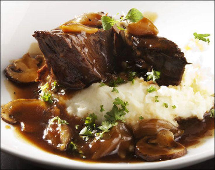 Bresert oksekjøtt med potetmos. Bresere er en betegnelse som brukes om kjøtt som først er brunet i stekepanne, og deretter kokt under lokk. Denne retten er enklere å få til enn du kanskje tror. Foto: Magnar Kirknes