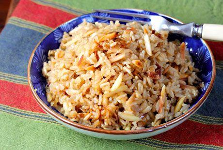 Pilaf van bruine rijst en amandelen