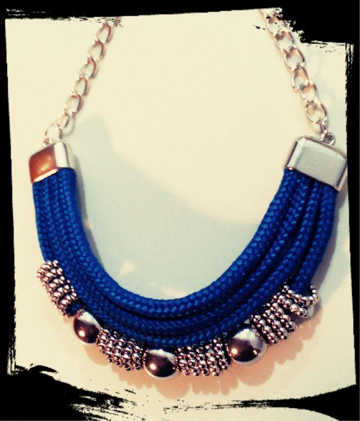Collar gargantilla soga azul eléctrico con cadena y accesorios en plateado