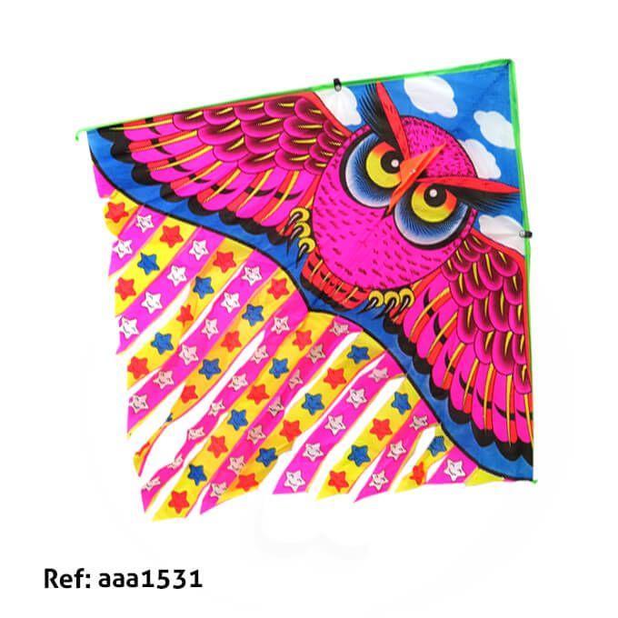 Divertida cometa con el diseño de un buho de color rosado, con cola de estrellas de caras felices, ideal para la temporada de agosto. Medidas Alto 52 cms Largo: 98 cms cola 47 cms de larga. Los precios de nuestro sitio web son al por mayor, el costo de los productos se incrementa en compras por unidad, cualquier inquietud comuníquese al 320 3083208 o al 3423674 o visítenos en la Calle 12 B # 8a – 03 Centro, Bogotá, Colombia.