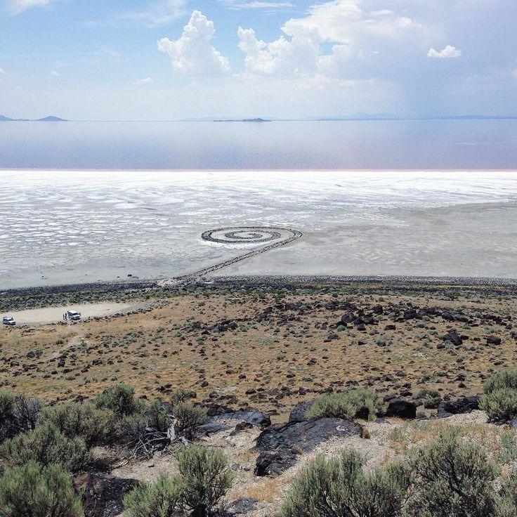 Robert Smithson Spiral Jetty 1960 (Great Salt Lake Utah)   #SpiralJetty est une des plus grande et importante oeuvre de #LandArt de l'histoire de l'art. Cette pièce en est d'ailleurs le chef d'œuvre. Le Land Art est une forme d'art créer dans la nature en dehors du musée. Elle naît aux États Unis après l'art conceptuel et le minimalisme qui en sont les bases conceptuelles. De nombreux artistes de Land art viennent de l'art conceptuel. Ce qui fait oeuvre ici dans cette forme c'est la volonté…