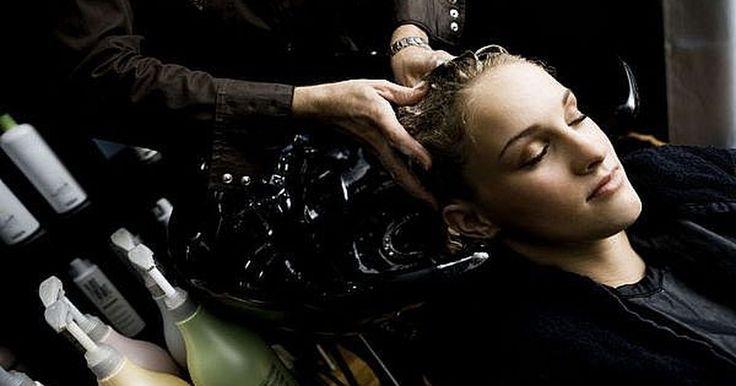 Cómo hacerse un baño de crema en el cabello. Cómo hacerse un baño de crema en el cabello. Combate el daño que le producen a tu cabello los tratamientos químicos, la tintura, los peinados con calor y la contaminación ambiental realizándote periódicamente baños de crema. Te ayudarán a reponer la humedad perdida y mantendrán tu cabellera brillante y fuerte.