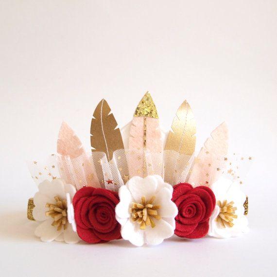 Corona de plumas  conveniente para un pequeño de 6 meses en adelante a más niñas para toda ocasión - cumpleaños, fiesta, eventos especiales, bodas, las muchachas de flor, Foto brotes etc..  ********************************  Handcrafted de la corona de plumas de fieltro con flores de fieltro en colores rojo y blanco festivos. Plumas hecho a mano con fieltro y cuero de imitación oro. Doble elástico (ENEMIGO) está cosido en el extremo de la base de fieltro.  Por favor elegir el tamaño en el…