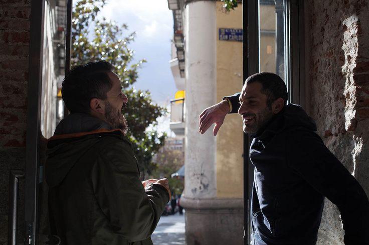 Στα πλακόστρωτα στενά του Lavapies, ο Θανάσης Σκοπελίτης εξηγεί στον Βασίλη Δημαρά πώς άνοιξε το «Egeo», μυώντας τους Ισπανούς στη φιλοσοφία της «σουβλακερί». Τα σουβλάκια του; Πολύ καλύτερα απ' τα ελληνικά.