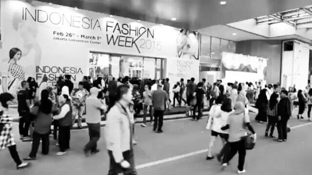 Repost from @indonesiafashionweekofficial -  Here's a little throwback from Indonesia Fashion Week 2015 and a little teaser for Indonesia Fashion Week 2016! Sampai jumpa di Jakarta Convention Center (JCC) tanggal 10-13 Maret 2016. Save the date fashion people!  #indonesiafashionweek #ifw2016 #reflectionsofculture #Regrann