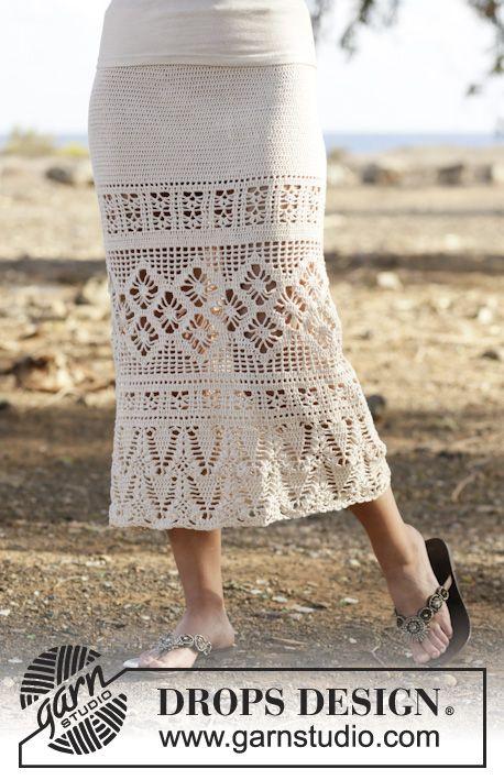 """Falda de ganchillo DROPS con puntos altos, patrón de calados, trabajada de arriba abajo en """"Safran"""". Talla: S-XXXL. ~ DROPS Design"""
