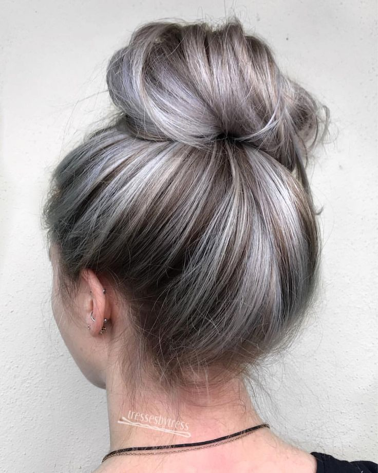 "1,018 Me gusta, 7 comentarios - Tressa Yanchuk (@tressesbytress) en Instagram: ""Another fun bun ❄️ Hairline BALAYAGE, toned with @redken #shadeseq 09p09v. Lifted with @oligopro…"""