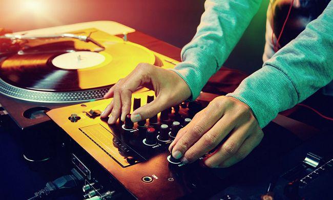 Ben je op zoek naar originele muziek voor jullie bruiloft? Vind je liedje in deze blog! // Foto: Shutterstock