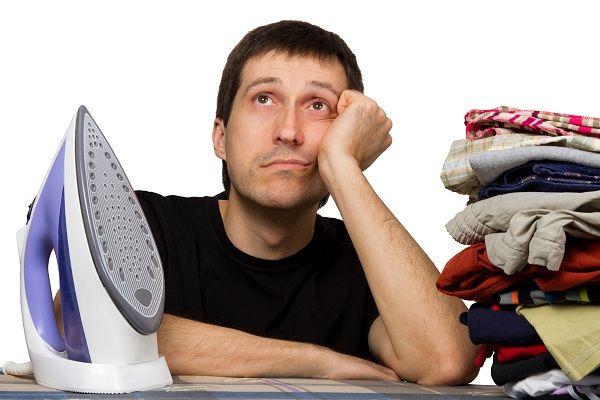 """Steeds meer mannen dragen hun steentje bij aan het huishouden. Artsen noemen dat een gevaarlijke ontwikkeling. Uit onderzoek blijkt dat een mannen niet bedoeld zijn voor huishoudelijke klusjes. Elk jaar belanden duizenden mannen op de eerste hulp door ongelukken tijdens het uitvoeren van huishoudelijke klusjes. """"Stofzuigen, strijken en wassen zijn niet zonder risico"""", zegt hoofdonderzoeker Wendy Clooster. """"Het gevaar bestaat [...]"""