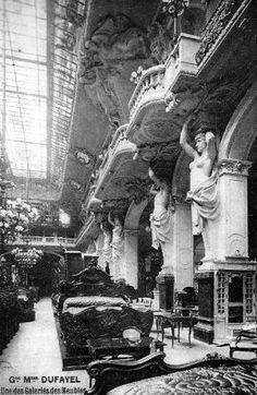 Les Grands Magasins Dufayel, bopulevard Barbès à Paris 18ème. le grand magasin occupe des bâtiments monumentaux et se targue d'être l'établissement le plus important du monde dans sa catégorie à la veille de la Première Guerre mondiale. Il ferme ses portes en 1930. Les grands magasins Dufayel ont joué un rôle de pionnier dans le développement du crédit à la consommation en France.