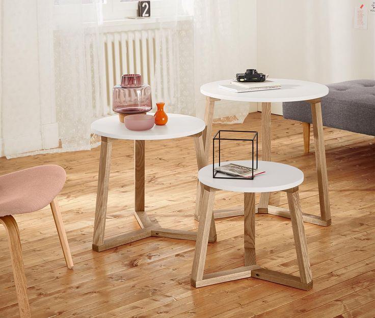2990 Kč Tři různé velikosti – jednotný vzhled. Tři kulaté stolky mají podstavec z masivního dubového dřeva a lze je úsporně skládat do sebe. Každý stolek lze používat individuálně – poslouží skvěle jako odkládací stolek nebo jako konferenční stolek.