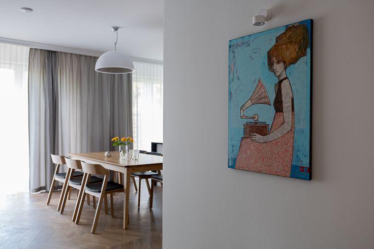 Pokój dzienny. Obraz Michała Wareckiego @GaleriaWarecki  Stół i krzesła. Salon #livingroom #salon #tryc #JacekTryc #picture #art #interiors #warszawa #meble  #tonchairs