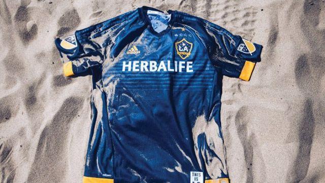 Camisa reserva do LA Galaxy - http://colecaodecamisas.com/camisa-reserva-la-galaxy-temporada-2015/ #colecaodecamisas #Adidas, #LAgalaxy                                                                                                                                                                                 Mais