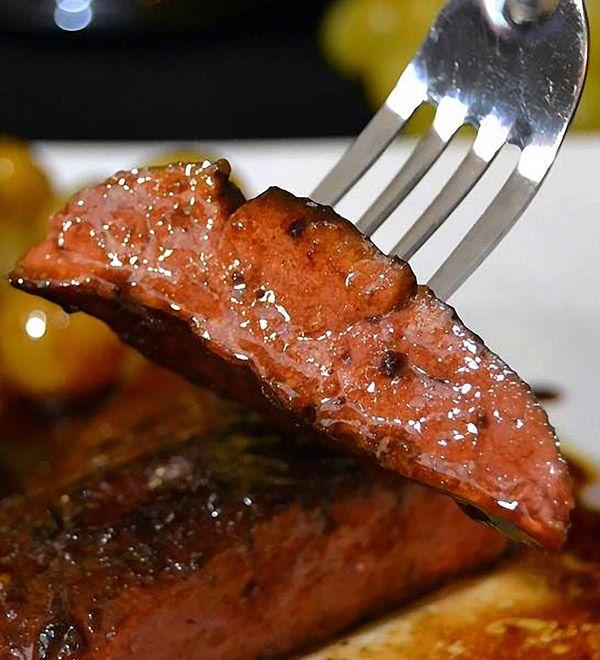 Foie de veau aux raisins blancs caramélisés, flambé à l'armagnac - 4 tranches de foie de veau, 4 petites grappes de raisins blanc (un chasselas c'est parfait), 30g de beurre, 2cs de miel, 3cs de vinaigre balsamique, 20 cl d'armagnac, sel et poivre
